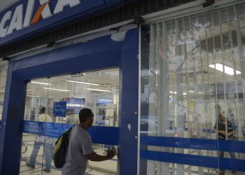 Movimento de saques do FGTS na agência da Caixa na Rua do Riachuelo, Lapa.