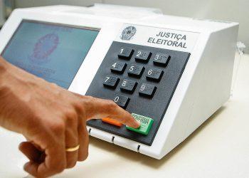 DemonstraÁ¿o do uso da urna eletrÙnica para as eleiÁ¿es de 2006.
