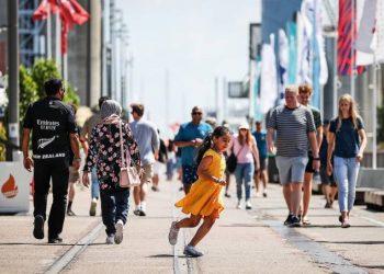NA RUA -Pedestres sem máscaras: o país voltou ao velho normal, mas ainda mantém as fronteiras sob vigilância -Fiona Goodall/Getty Images