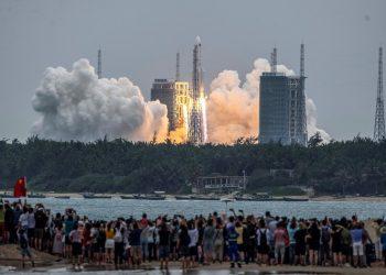 Pessoas assistem ao lançamento do foguete Long March 5B no Centro de Lançamentos de Wenchang em 29 de abril — Foto: STR/AFP